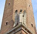 Estàtua d'àngel al campanar de l'església nova de sant Martí de Tours, Belchit.JPG