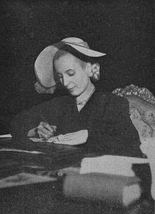 Evita firmando un documento.jpg