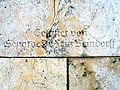 Fackelträger-Säule am Maschsee in Hannover Inschrift Gestiftet von Senator Dr. Fritz Beindorff.jpg
