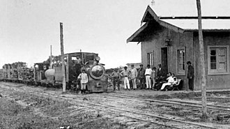 Ferrocarril Económico Correntino - Unidentified station with a freight train stopped at it (1914).