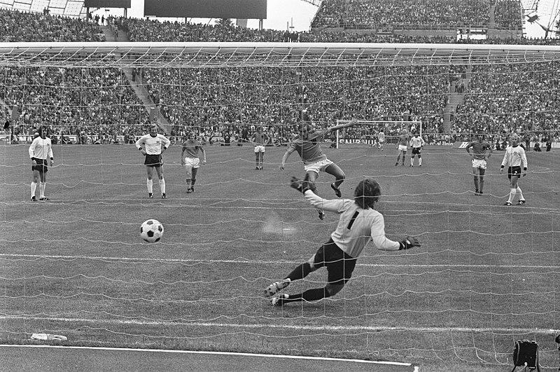 Finale Monaco 1974 - Neeskens segna il calcio rigore