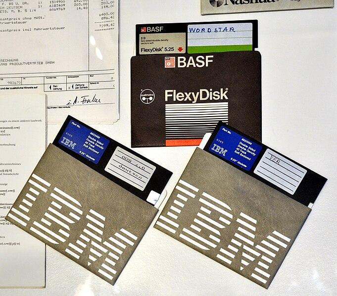 http://upload.wikimedia.org/wikipedia/commons/thumb/0/0c/Floppy_discs_IBM_BASF_makffm.jpg/681px-Floppy_discs_IBM_BASF_makffm.jpg