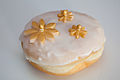 Floral decoration on wedding doughnut (15436668576).jpg