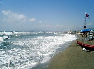 La spiaggia, in un giorno di mare mosso