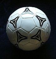 Typowa piłka do gry w piłkę nożną