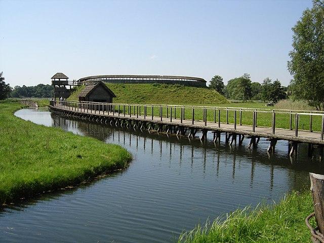 Archäologisches Freilichtmuseum Groß Raden, Zugangstor mit Hauptbrücke.