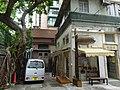 HK 上環 Sheung Wan 差館上街 Upper Station Street 太平山街 Tai Ping Shan Street Tai Shan House banyan tree outside carpark CN150 Aug 2016 DSC.jpg