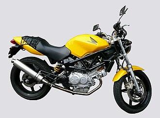 Honda VTR250 - Image: HONDA VTR250 2003 Pearl Shining Yellow