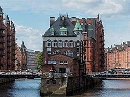 Hamburg, Speicherstadt, Wasserschloss 2016 2944 50 (cropped)