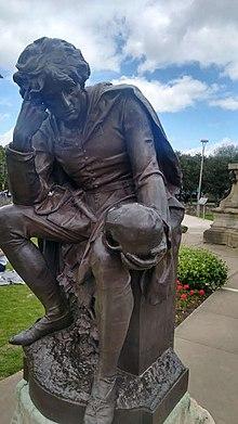 Foto met een statuut van Hamlet met een schedel in de hand, uit de beruchte scène 'Alas poor Yorick'.