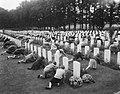 Herdenking strijd Arnhem, Airbornekerkhof, schoolkinderen versieren graven, Bestanddeelnr 906-7262.jpg