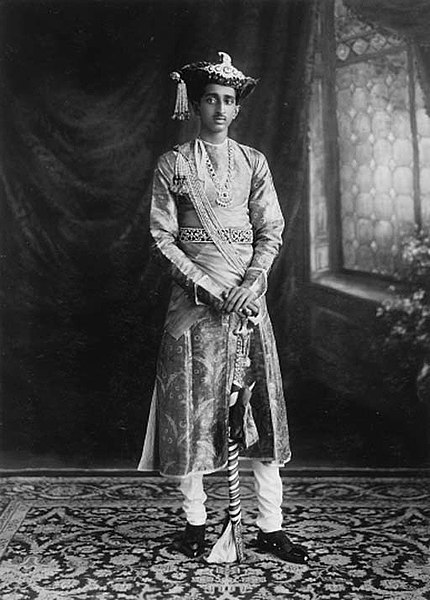 चित्र:Investiture of his Highness Maharaja Yeshwant Rao Holkar Bahadur of Indore 9th May 1930.jpg