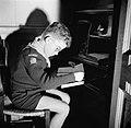 Jongetje lezend in een nis, Bestanddeelnr 252-9358.jpg