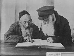 Kac 1924-10-19 Pinsk jews reading mishnah.jpg