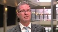 File:Kamerlid Elbert Dijkgraaf zoekt de verschillen tussen de Tweede Kamer en de regering.webm
