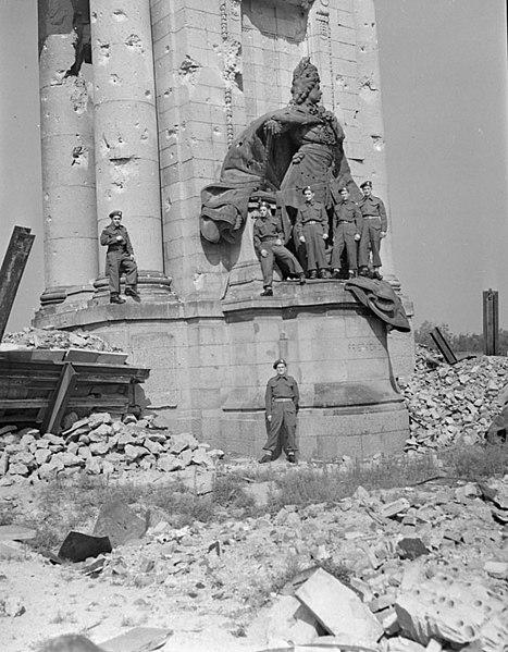 [Immagine: 467px-Kanadische_Soldaten_am_Charlottenb...i_1945.jpg]