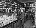 Kassaregister hos Gløersen, butikkinteriør, kunder, 1904, Anders Beer Wilse, NF.WB 00740.jpg