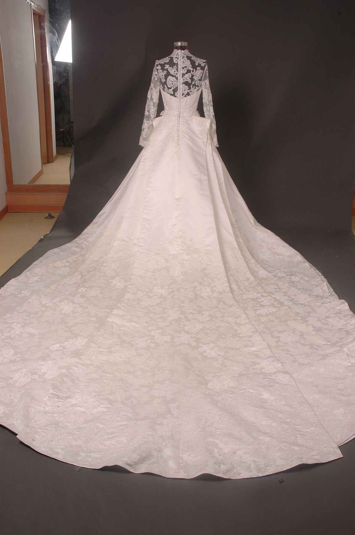 category wedding dress of kate middleton wikimedia commons kate middleton wikimedia commons
