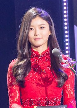 Kim Yoo-jung at the 2014 SBS Entertainment Awards, 30 December 2014 03.jpg
