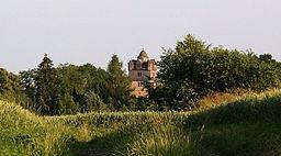 Kirchturm der evangelischen Kirche in Fronhausen. Erbauungszeit unbekannt, erste urkundliche Erwähnung 1259. Um den mittleren, großen Turm sind acht k...