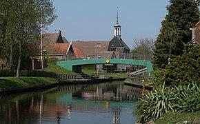 Kuinre, brug bij de Nieuwstad met het voormalige raadhuis RM39893 op de achtergrond IMG 2785 2018-04-20 12.35.jpg