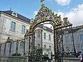 La grille donnant sur la rue de la Cité.jpg