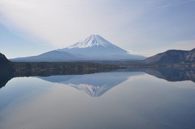 A World Unknown 640px-Lake_Motosu04