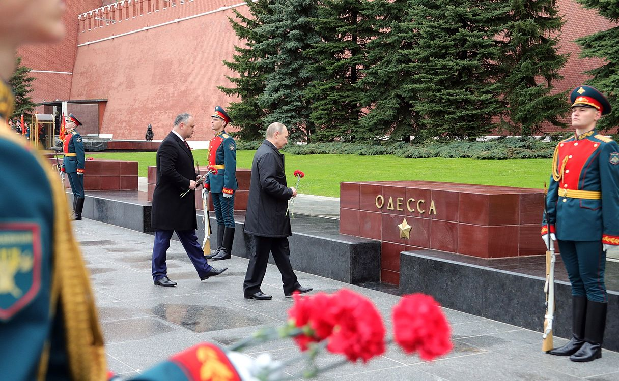 Laying wreath at the Tomb of the Unknown Soldier in Moscow 2017-05-09 013.jpg