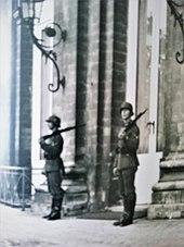 deux soldats allemands casqués, fusil sur l'épaule, se tiennent dos à la façade du château de Laeken