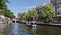 Leiden, boten met terras in de Nieuwe Rijn met in de achtergrond de Visbrug RM25678 foto17 2017-06-11 11.43.jpg
