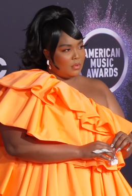 Lizzo at the 2019 American Music Awards.png
