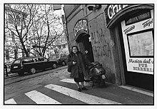 Alda Merini mentre si reca al Caffè Chimera di Milano.