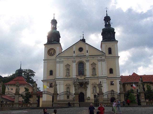http://upload.wikimedia.org/wikipedia/commons/thumb/0/0c/Monastery_in_Kalwaria_Zebrzydowska_02.JPG/640px-Monastery_in_Kalwaria_Zebrzydowska_02.JPG