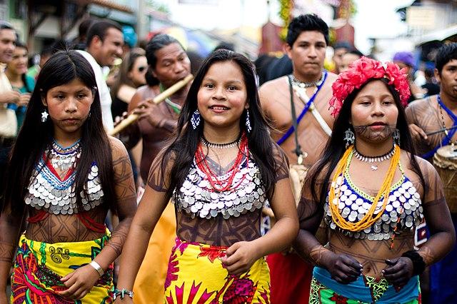 desfile de la etnia embera