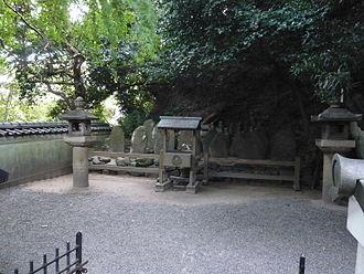 Akama Shrine - Nanamori-zuka, tomb of Taira clan warriors