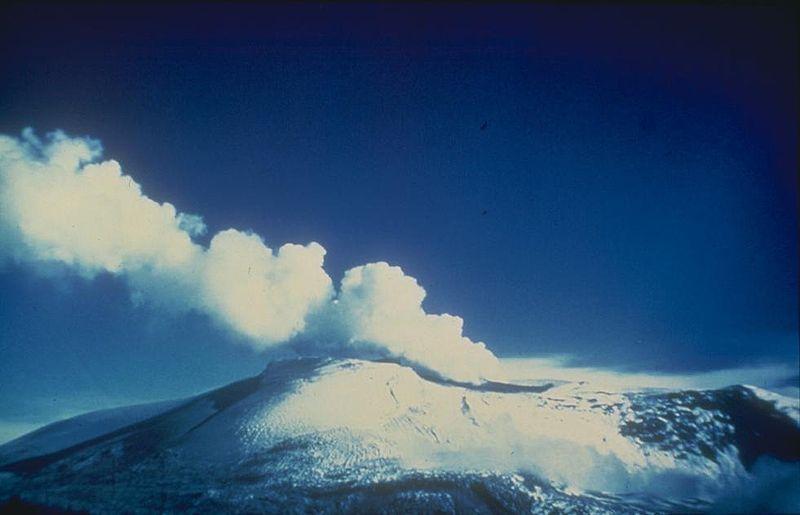 Nevado del Ruiz, stratovolcano yang terletak di Kolombia.