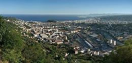 Vue orientée sud depuis une colline de la ville de Nice avec la mer en haut au fond.