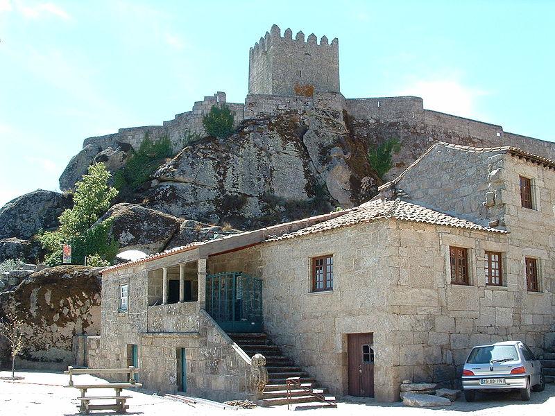 Imagem:Nt-castelo-sortelha-muralhas-interiores.jpg