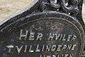 """Oppdal Kirke Church Vangslia Norway Kirkegård Cemetery Gravkors j iern """"Her hviler tvillingerne"""" Close-up of old grave cross inscription 2019-04-25 5535.jpg"""