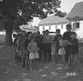 Otroci pri telovadni uri na trgu pred šolo, Drašiči 1965.jpg