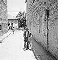 Oude man met een wandelstok op straat, Bestanddeelnr 255-2445.jpg