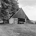 Overzicht van de achtergevel van de houten vakwerkschuur, behorende bij boerderij het Brummelhoes met zicht op baander - Haaksbergen - 20095241 - RCE.jpg