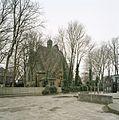 Overzicht van de zuidoostgevel, gezien vanaf het schoolplein van de nabijgelegen Paulusschool - Hilversum - 20414443 - RCE.jpg