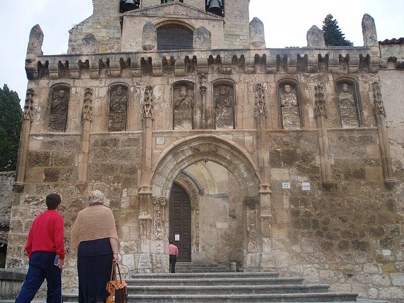 Pórtico adornado con estatuas de reyes de Castilla, ante el Monasterio de Oña.JPG