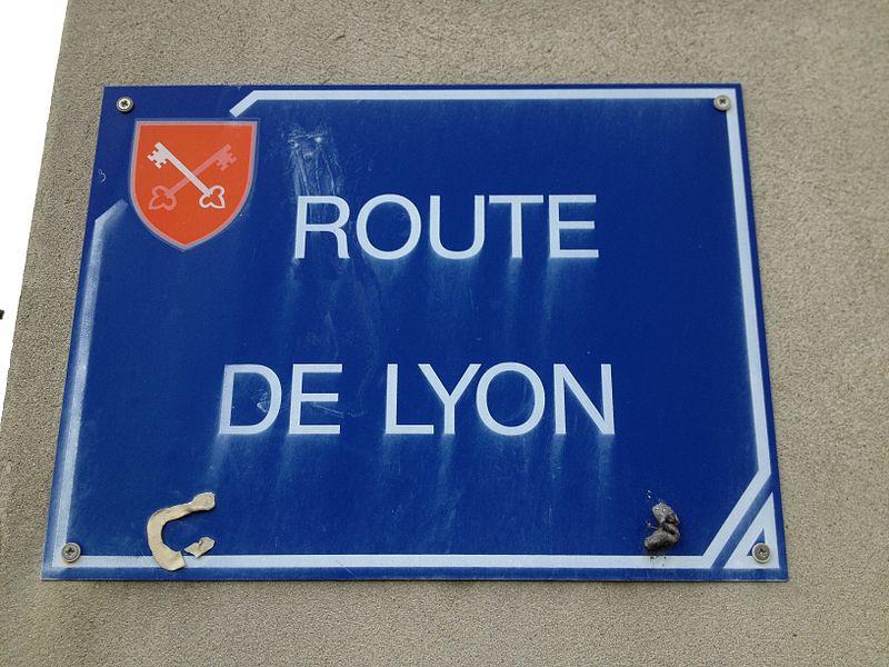 Panneau de la route de Lyon à Saint-Maurice-de-Gourdans.