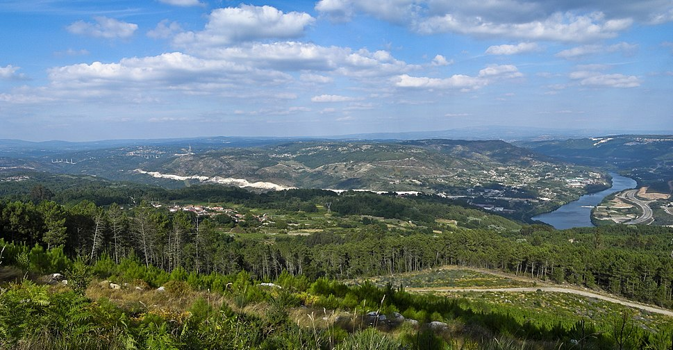 Panoramica do río Miño (Minho river) cara a Ourense desde o Monte San Trocado, (Galicia, Spain)