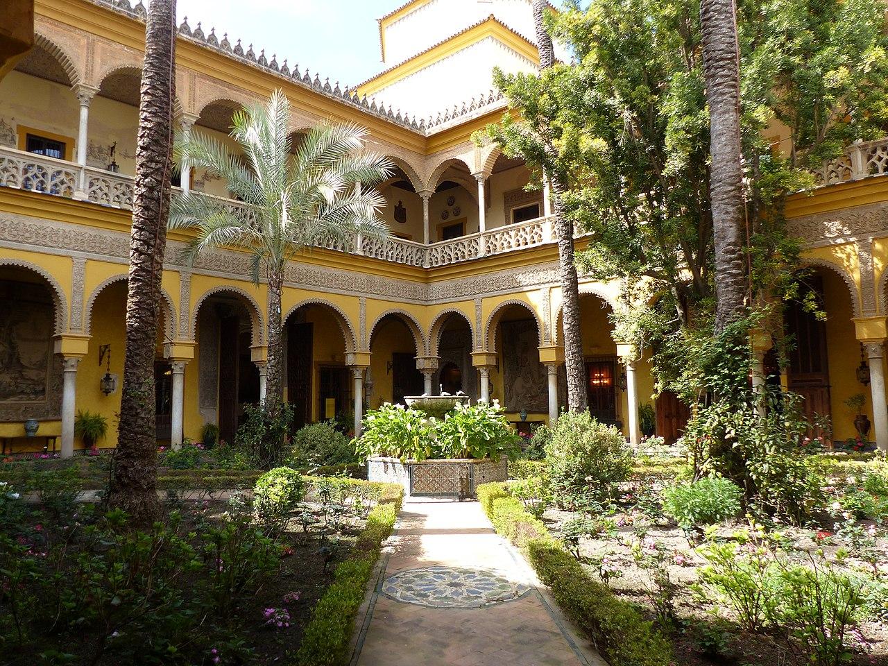 File:Patio central del Palacio de las Dueñas de Sevilla ...