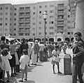Plein met wachtenden in Caracas in Venezuela, Bestanddeelnr 252-8482.jpg