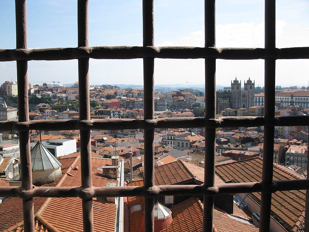 Vue depuis une fenêtre de l'ancienne prison reconvertie en musée de la photo à Porto. Photo de rilo 2006