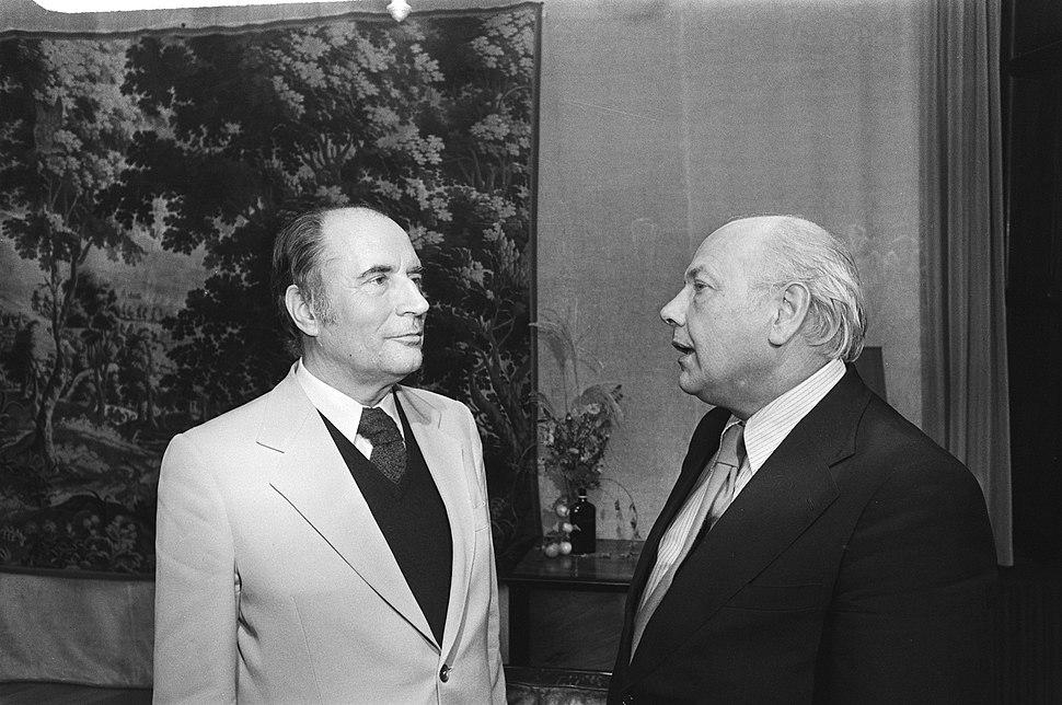 Premier Den Uyl (r) ontvangt Franse socialistenleider François Mitterrand op Cat, Bestanddeelnr 928-8063